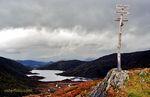 Utsyn mot Revheimstølen frå Vindeggja. Her delar stien seg mot Brøknipa, Vedafjellet og Revheimstølen. Vårt følge skal til venstre.
