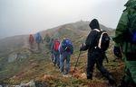 No er vi komt opp i tåka. På veg langs Vindegga mot Vedafjellet.