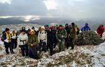 """Gruppebilde ved  """"steinboreskjelsteinen"""" på Vedåfjellet. Det var 29 deltakarar på turen, inkludert 3 guidar og ein hund. Kulturdagane 2005."""